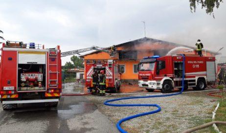 Garzigliana. Incendio in un allevamento di maiali. Nello spegnimento sono rimasti ustionati due vigili del fuoco