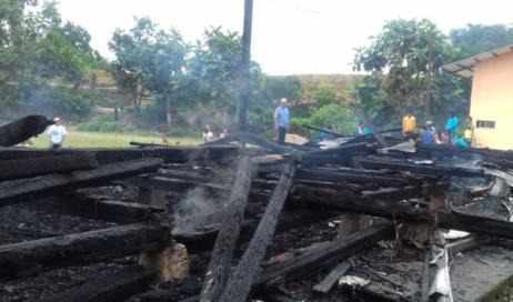 Una nuova chiesa per Talag. Dopo l'incendio che ha distrutto la precedente struttura la comunità chiede un aiuto anche ai lettori di Vita
