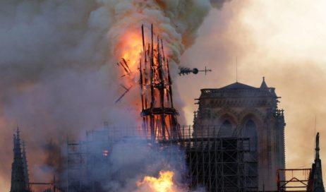 Il cuore di Parigi in fiamme. Un rogo ha devastato la cattedrale di Notre Dame