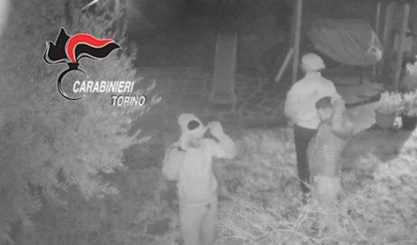 """Sgominata dai carabinieri di Pinerolo la """"banda del succhiello"""". Foto ricordo alle vittime che dormono"""