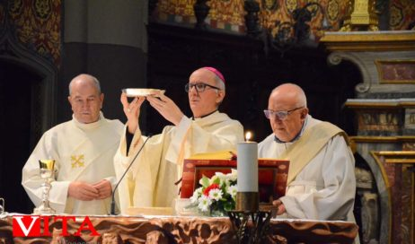 Per gli operatori sanitari e i volontari la prima messa pubblica del vescovo Derio