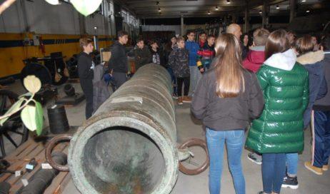 Al museo dell'Artiglieria i ragazzi del don Bosco di Cumiana hanno toccato con mano i conflitti del passato