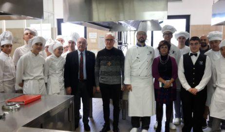 Il vescovo Derio ha portato gli auguri di Natale nelle cucine dell'Alberghiero