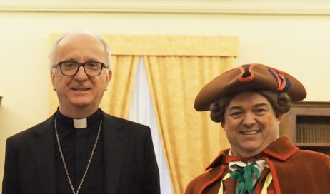[ video ] Carnevale Pinerolese 2020. Gianduja incontro il vescovo Derio