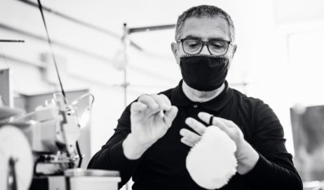 Un'azienda di Frossasco inizia a produrre mascherine anti-droplet e ne dona il 10% ai poveri