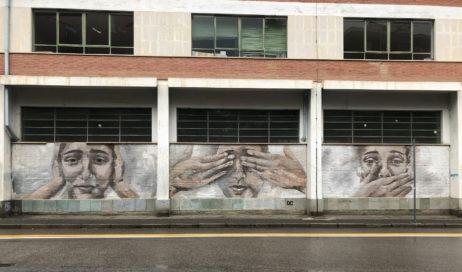 Pinerolo. Subito cancellata la scritta neonazista dal murale della Scuola Collodi