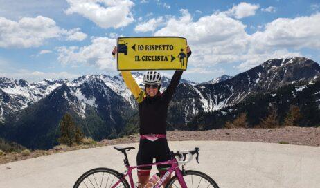 Paola Gianotti porta 500 cartelli in 80 comuni del Piemonte per ricordare la sicurezza in bici