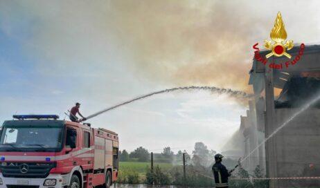 Cercenasco. Incendio a un capannone agricolo vicino al centro
