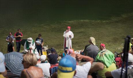 [Photogallery]. Nuove immagini della messa del vescovo Derio ai Tredici Laghi