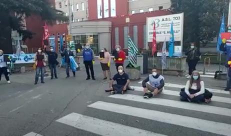 [ video ] Manifestazione di protesta di fronte all'Ospedale di Pinerolo: mancano i dispositivi di protezione individuale