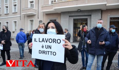 [photogallery]. Commercianti e artigiani protestano davanti a Salvai: Ci siamo messi a norma, lasciateci lavorare!