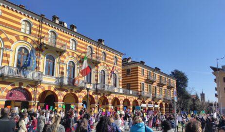 Luserna. Sit-in di protesta contro le scuole chiuse davanti al Municipio