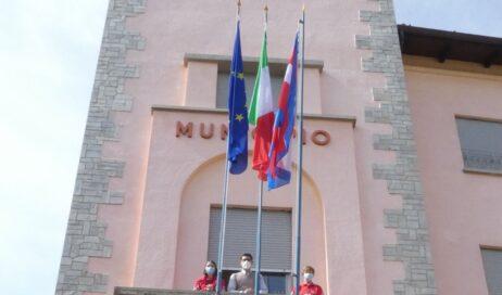 Torre Pellice. La bandiera della Croce Rossa sventola sul municipio