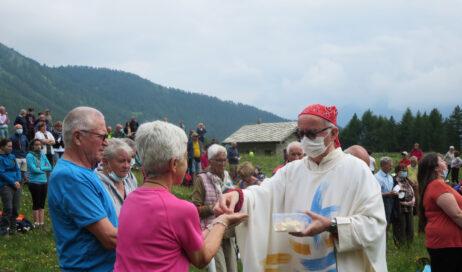 [photogallery]. Il vescovo a Pian dell'Alpe: I fiori sono il sorriso di Dio sulla Terra!