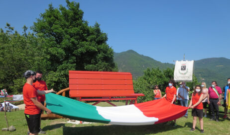 [photogallery]. È rossa la Panchina Gigante di Perosa Argentina!